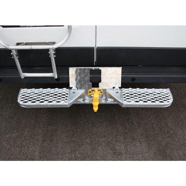 Marchepied arrière de ferrure avec partie centrale relevable/ Radars recul