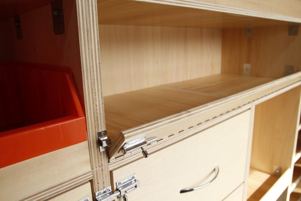 Bandeau avec targette pour étagère en bois