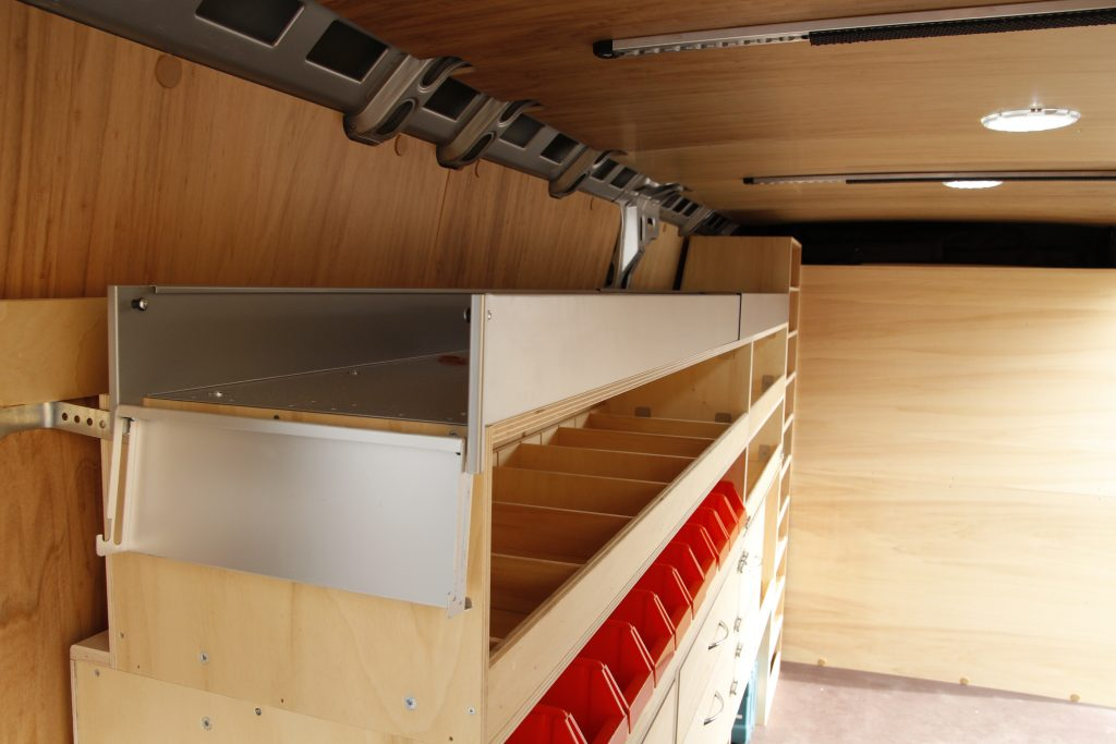 Goulotte en métal pour étagères véhicule utilitaire