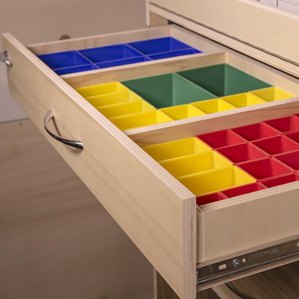 Bacs multicolores dans tiroirs en bois